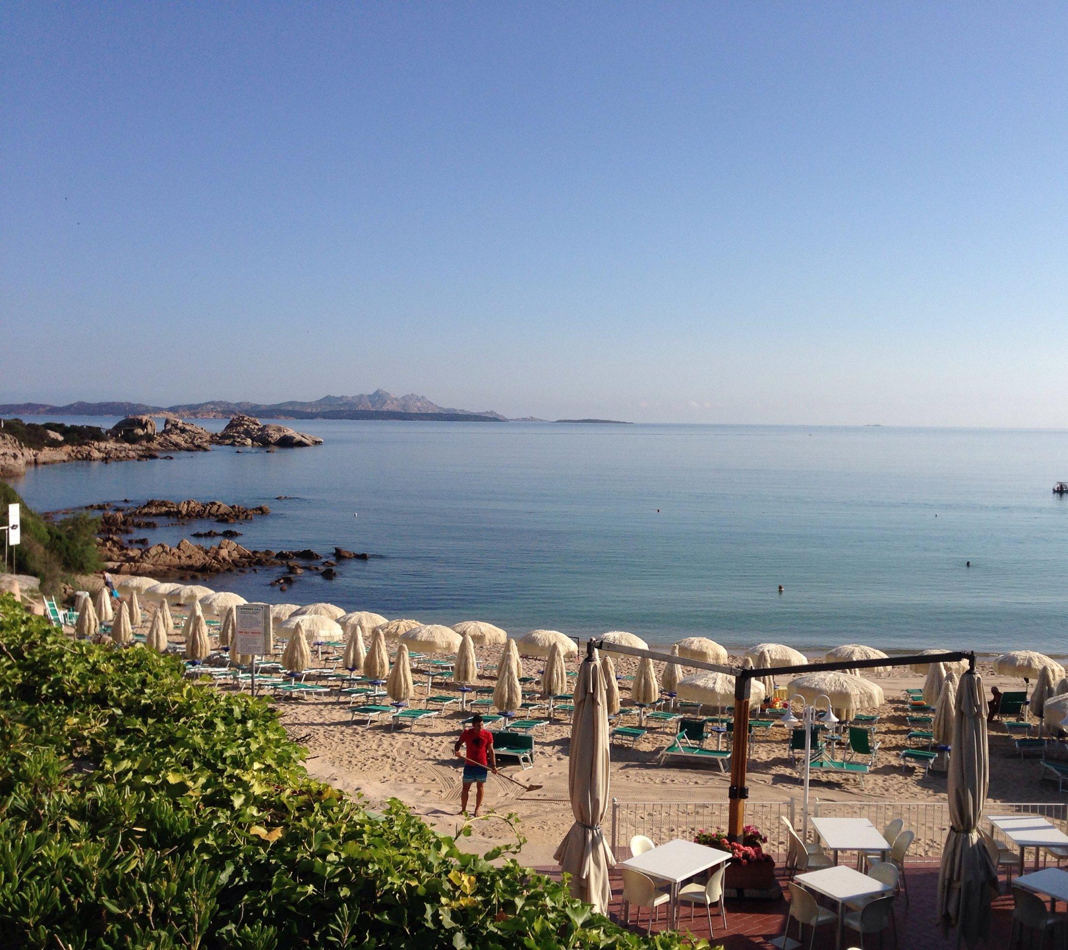 Baja Sardinia, Spiaggia