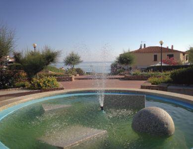 "<a href=""https://www.google.it/maps/place/07021+Baja+Sardinia+OT/@41.1392573,9.4779053,141m/data=!3m1!1e3!4m5!3m4!1s0x12d94148e3b92645:0xb3026073268d848f!8m2!3d41.1402366!4d9.4762976""><b>Baja Sardini, Fontana.</b></a>"